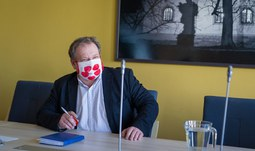 The face mask of the University of South Bohemia has been handed over
