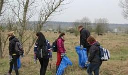 Dobrovolníci z Pedagogické fakulty pomohli uklidit pastvinu divokých koní a praturů