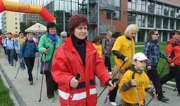 Tour Nordic Walking přilákala na univerzitu spoustu chodců