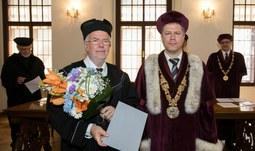 Univerzita udělila čestný doktorát Norbertu Müllerovi, významnému odborníkovi v oblasti bioorganické chemie