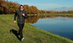 1.Při běhu držte hlavu vzhůru, ne předsunutou před osu těla. Svaly v obličeji mějte uvolněné a ramena směrem dolů. .jpg