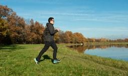 3.Pro běh si vybírejte měkký povrch a investujte do kvalitní obuvi. Stejně tak je důležité mít uvolněné ruce, nesvíráte štafetový kolík, proto dlaně a prsty nechte ve volné a vám příjemné pozici. .jpg