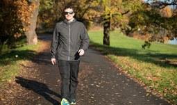 1.Chůze je přirozeným pohybem, kdy zapojujete jak dolní, tak i horní končetiny. Chodidlo při došlapu pokládejte do osy chůze. Pozor na vybočené špičky ven, nebo dovnitř. .jpg